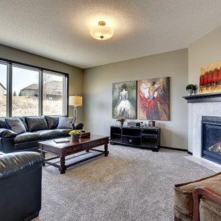 ミネアポリスの中くらいのトラディショナルスタイルのおしゃれなLDK (グレーの壁、カーペット敷き、コーナー設置型暖炉、タイルの暖炉まわり、壁掛け型テレビ) の写真