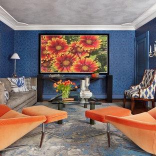 Imagen de salón cerrado, tradicional, pequeño, con paredes azules y suelo de madera oscura