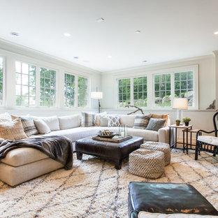Repräsentatives, Fernseherloses, Offenes Eklektisches Wohnzimmer mit weißer Wandfarbe, hellem Holzboden und beigem Boden