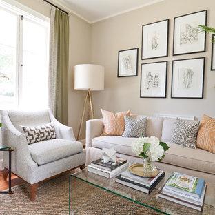 Foto di un piccolo soggiorno classico chiuso con pareti beige, pavimento in legno massello medio e pavimento arancione