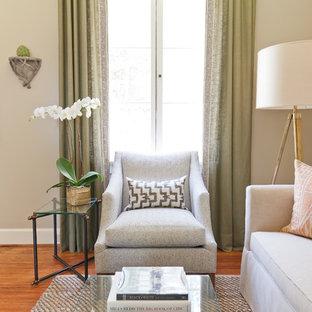 Immagine di un piccolo soggiorno classico chiuso con pareti beige, pavimento in legno massello medio e pavimento arancione