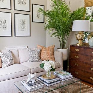 Esempio di un piccolo soggiorno tradizionale chiuso con pareti beige, pavimento in legno massello medio e pavimento arancione