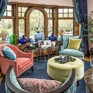 Foto di un piccolo soggiorno classico aperto con pareti rosa, parquet chiaro, nessun camino, nessuna TV e pavimento blu