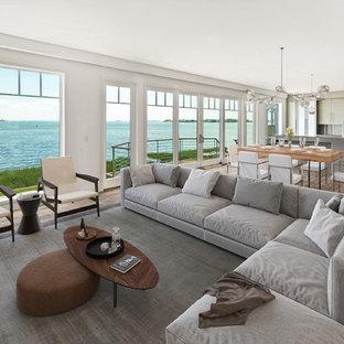 Ejemplo de salón costero con paredes blancas, suelo de madera oscura y suelo marrón
