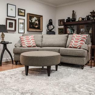 ルイビルの中くらいのエクレクティックスタイルのおしゃれな独立型リビング (ベージュの壁、無垢フローリング、標準型暖炉、木材の暖炉まわり、据え置き型テレビ、白い床) の写真