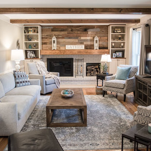 Imagen de salón cerrado, de estilo de casa de campo, de tamaño medio, con paredes grises, suelo de madera clara, chimenea tradicional, televisor independiente y suelo naranja