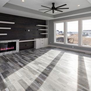 Ejemplo de salón abierto, minimalista, grande, con paredes grises, suelo vinílico, chimenea lineal, marco de chimenea de baldosas y/o azulejos, pared multimedia y suelo gris