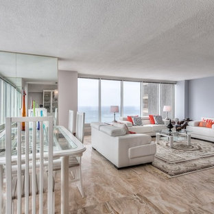 Esempio di un grande soggiorno moderno aperto con pareti bianche e pavimento in marmo