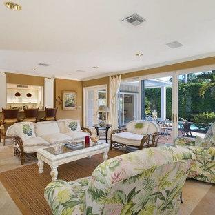 マイアミの中サイズのトロピカルスタイルのおしゃれな独立型リビング (フォーマル、黄色い壁、トラバーチンの床、暖炉なし、テレビなし、ベージュの床) の写真