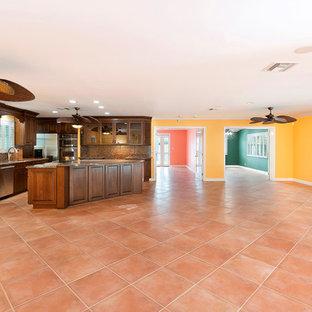 Ejemplo de salón abierto, marinero, extra grande, sin chimenea y televisor, con paredes multicolor, suelo de baldosas de cerámica y suelo rosa