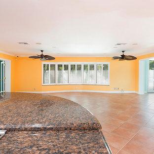 マイアミの巨大なビーチスタイルのおしゃれなLDK (黄色い壁、テラコッタタイルの床、暖炉なし、テレビなし、ピンクの床) の写真