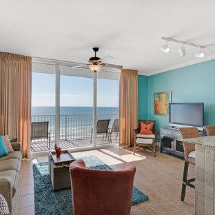 マイアミのビーチスタイルのおしゃれなLDK (青い壁、磁器タイルの床) の写真