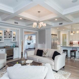 Exempel på ett klassiskt vardagsrum, med en hemmabar och grå väggar