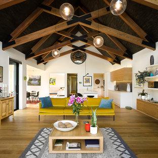 Ispirazione per un grande soggiorno rustico stile loft con pareti bianche, pavimento in legno massello medio, camino classico, cornice del camino in metallo, TV autoportante e pavimento beige