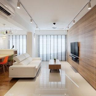 Modelo de salón escandinavo con paredes blancas y televisor colgado en la pared