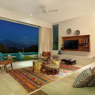 Ispirazione per un grande soggiorno tropicale aperto con pareti bianche, pavimento in marmo e TV a parete