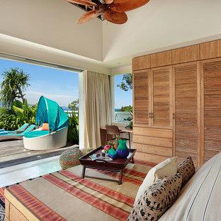 Immagine di un grande soggiorno tropicale aperto con pareti bianche, pavimento in marmo, nessun camino, nessuna TV e pavimento beige