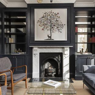 ロンドンの中サイズのトランジショナルスタイルのおしゃれな独立型リビング (フォーマル、黒い壁、淡色無垢フローリング、標準型暖炉、ベージュの床) の写真