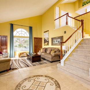 サンディエゴの大きいトランジショナルスタイルのおしゃれなLDK (フォーマル、黄色い壁、ライムストーンの床) の写真
