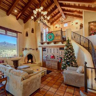 Inspiration för ett amerikanskt vardagsrum, med beige väggar, klinkergolv i terrakotta och en öppen hörnspis