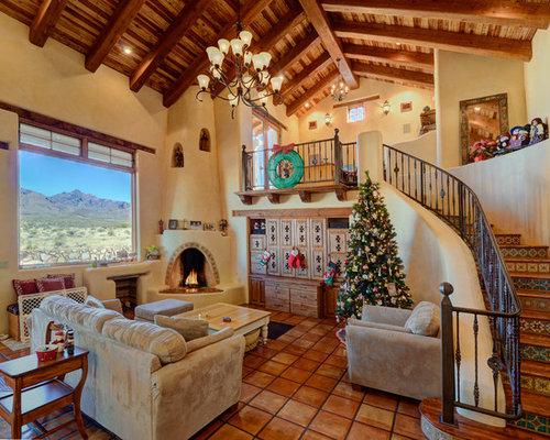 Mediterrane Wohnzimmer Mit Beiger Wandfarbe Terrakottaboden Und Eckkamin In Austin
