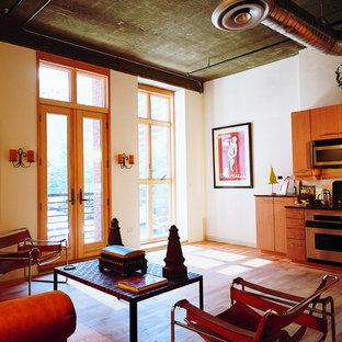 Esempio di un soggiorno industriale di medie dimensioni e aperto con pareti beige, pavimento in legno verniciato, nessun camino e nessuna TV