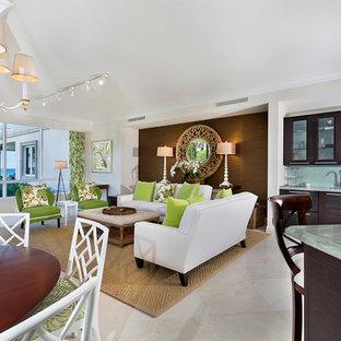 マイアミの中サイズのビーチスタイルのおしゃれなリビングロフト (フォーマル、ベージュの壁、磁器タイルの床、暖炉なし、壁掛け型テレビ、ベージュの床) の写真