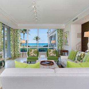 マイアミの中サイズのビーチスタイルのおしゃれなリビング (磁器タイルの床、暖炉なし、壁掛け型テレビ、白い壁、白い床) の写真