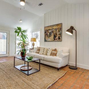 Idee per un soggiorno country di medie dimensioni e aperto con sala formale, pareti bianche, pavimento in terracotta, nessun camino, TV autoportante e pavimento arancione