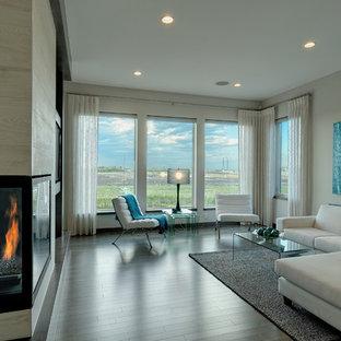 Idee per un soggiorno design con camino ad angolo