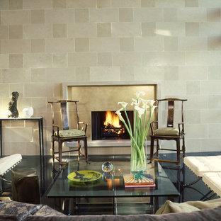 Foto di un soggiorno contemporaneo di medie dimensioni con pavimento in gres porcellanato, camino classico, cornice del camino in pietra e pavimento nero
