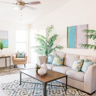 Ispirazione per un piccolo soggiorno stile marinaro aperto con pareti beige e moquette