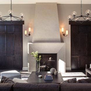Foto de salón para visitas abierto, de estilo de casa de campo, extra grande, con suelo de madera oscura, paredes multicolor, marco de chimenea de yeso y televisor retractable