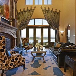 Immagine di un ampio soggiorno mediterraneo aperto con sala formale, pareti beige, pavimento in travertino e camino sospeso