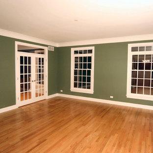 Immagine di un grande soggiorno tradizionale aperto con pareti verdi e parquet chiaro