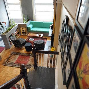 Diseño de salón actual, pequeño, con suelo naranja
