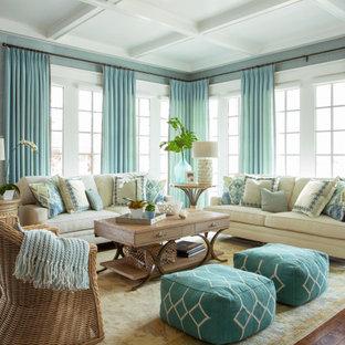 Exempel på ett stort klassiskt allrum med öppen planlösning, med blå väggar, ljust trägolv, en standard öppen spis, en spiselkrans i trä, en inbyggd mediavägg och brunt golv
