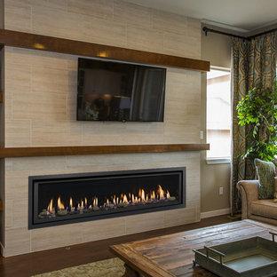 Esempio di un grande soggiorno chic con pareti beige, pavimento in legno massello medio, camino lineare Ribbon, cornice del camino in pietra e pavimento marrone