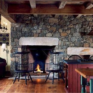 Idéer för ett lantligt vardagsrum, med en standard öppen spis och en spiselkrans i sten