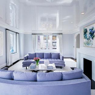 Ispirazione per un soggiorno classico chiuso con pareti viola, parquet scuro, camino classico, cornice del camino in pietra e pavimento nero