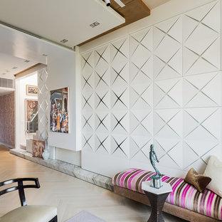 Inspiration för ett funkis loftrum, med en hemmabar, vita väggar, ljust trägolv och en dold TV