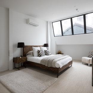 Ispirazione per un grande soggiorno industriale aperto con pareti bianche e moquette