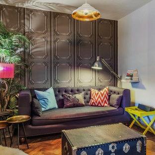 Exempel på ett eklektiskt separat vardagsrum, med ett finrum, vita väggar och mellanmörkt trägolv
