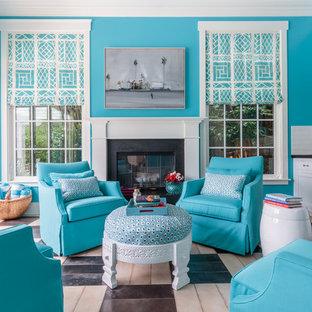 Ispirazione per un soggiorno tropicale di medie dimensioni e chiuso con pareti blu, pavimento con piastrelle in ceramica, camino classico, TV a parete e cornice del camino in metallo