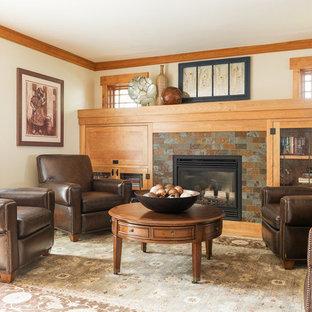 Foto di un soggiorno stile americano con pareti beige, camino classico, cornice del camino in metallo e libreria