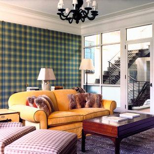 ニューヨークの広いコンテンポラリースタイルのおしゃれな独立型リビング (緑の壁、カーペット敷き、紫の床) の写真