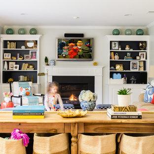 Klassisches Wohnzimmer mit weißer Wandfarbe, hellem Holzboden, Kamin und Wand-TV in Boston