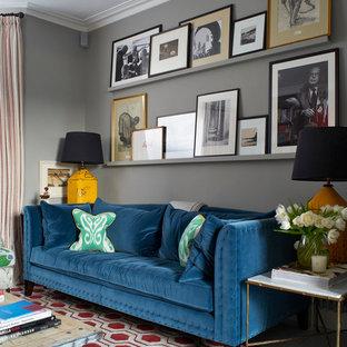 Diseño de salón clásico renovado con paredes grises y suelo de madera pintada