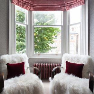 Großes, Repräsentatives, Abgetrenntes Modernes Wohnzimmer mit grauer Wandfarbe, Teppichboden, Kamin, Kaminumrandung aus Stein, Wand-TV, braunem Boden, eingelassener Decke und Tapetenwänden in London