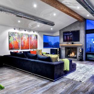 Ispirazione per un ampio soggiorno moderno aperto con sala formale, pareti bianche, pavimento in bambù, camino classico, cornice del camino in intonaco, TV a parete e pavimento marrone